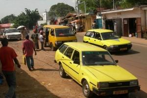 105902_des-taxis-repeints-en-jaune-le-30-avril-2011-a-libreville